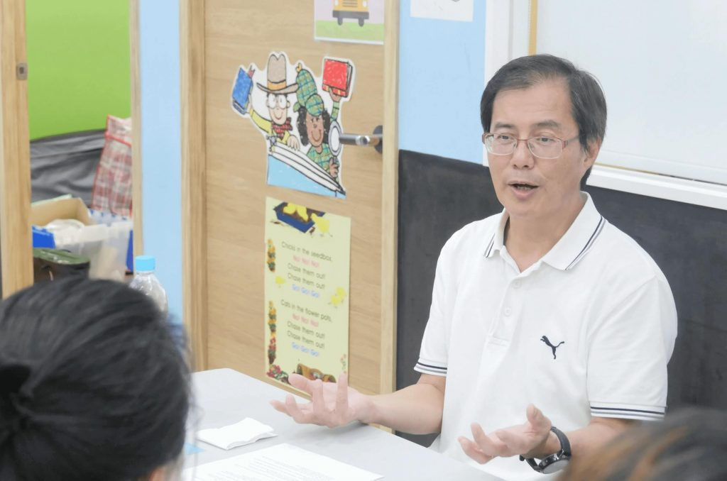 a retired man become volunteer tutor and share his experience